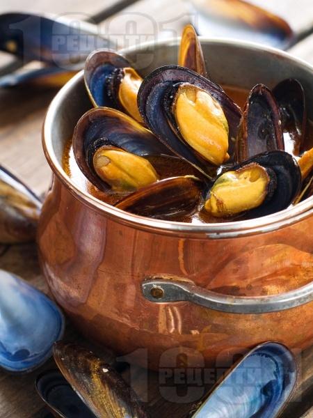 Лесни задушени миди с черупка в бяло вино с масло, чесън и червен пипер - снимка на рецептата